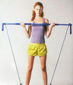 2 Kol çalıştırma:  Gym-stick'i ayaklarınıza takın ve ayaklarınızı omuz hizasında açın. Avuç içleriniz karşıya bakacak şekilde kollar aşağıda harekete başlayın, nefes vererek ön kolunuzu yukarıya doğru kaldırın.  Çalışan bölge:  Kol ve göğüs